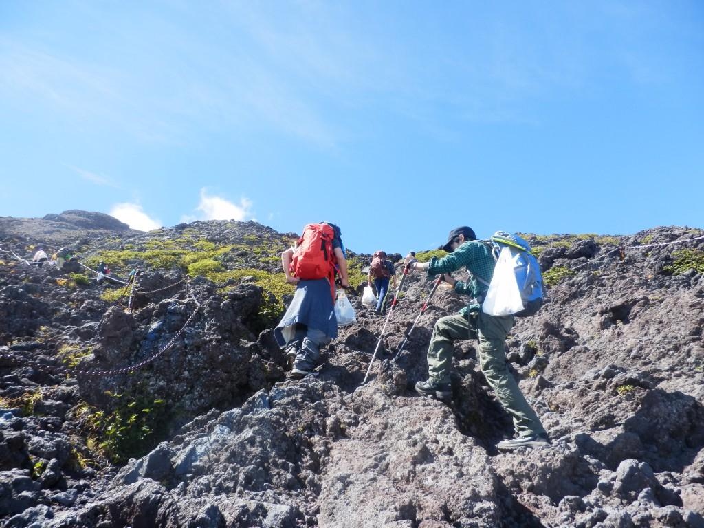 富士登山では岩場を歩くことになります。