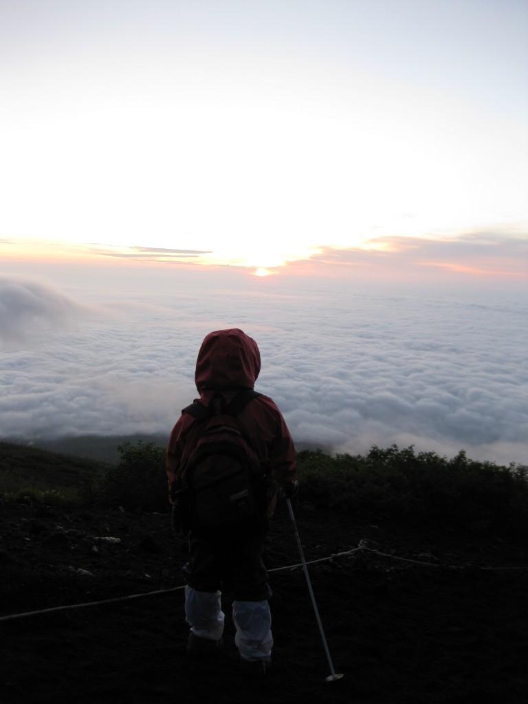 富士登山の小さな背中