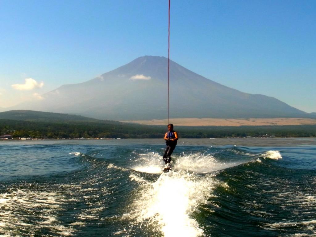 確かに富士山を背景に滑るのは気持ちいい。山中湖にて。