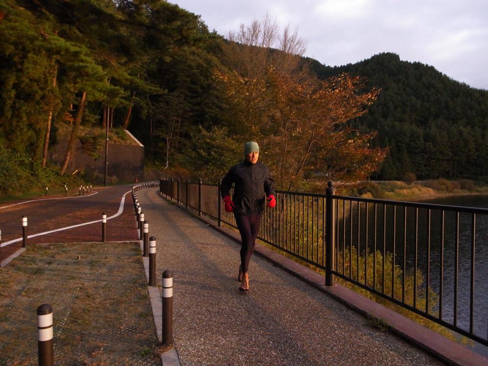 四季それぞれに美しい、五湖の朝を走る。